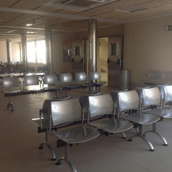 equipamiento centro de salud, bancadas y sillas de espera